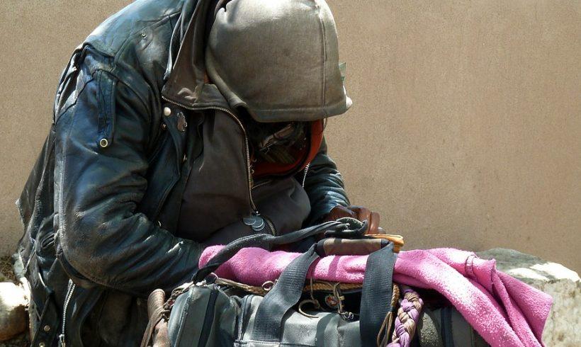 Quando i senza dimora sono migranti e nuovi poveri: come cambia il lavoro di chi li aiuta sulla strada