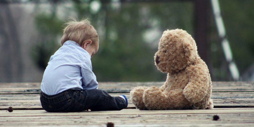 bambino con orsacchiotto