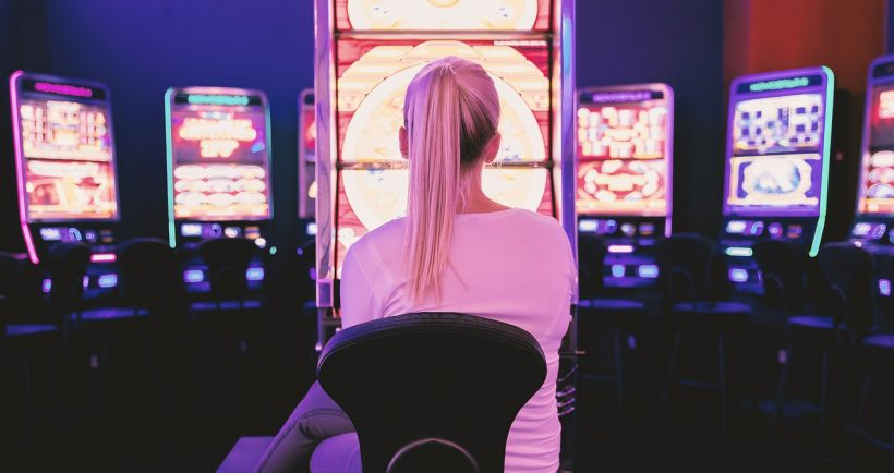 donna davanti a slot machine