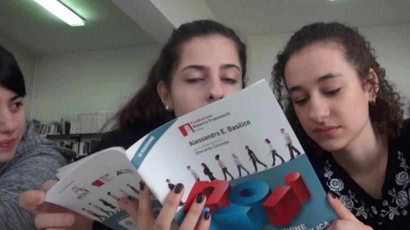 studentesse leggono Costituzione commentata