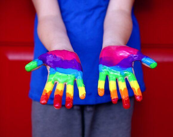 mani colorate arcobaleno