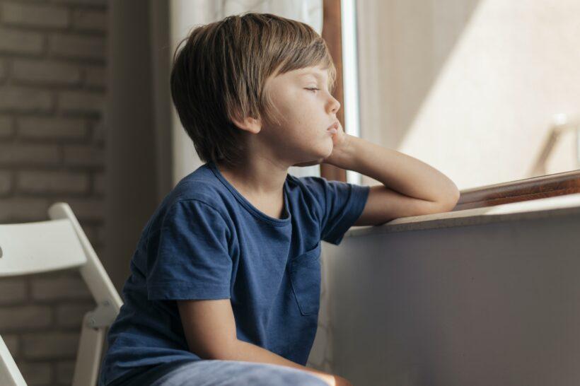 bambino triste durante quarantena