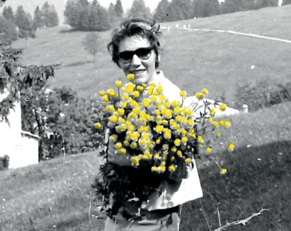 Lydia Franceschi con fiori in mano